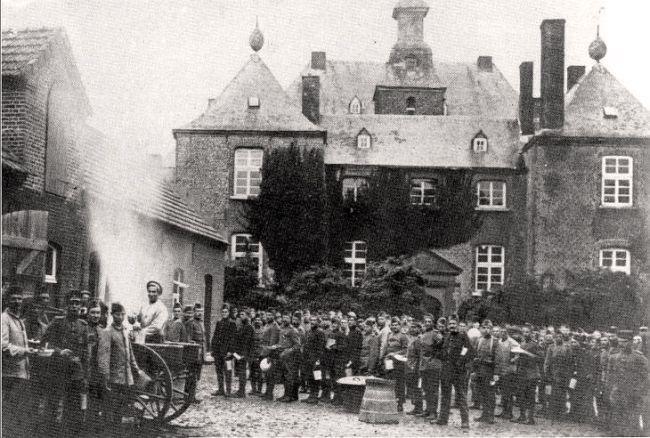 Kasteel Bleijenbeek, Tijdens de mobilisatie (zomer 1914?) in de Eerste Wereldoorlog(1914-1918), verzamelden deze soldaten zich bij kasteel Bleijenbeek voor een warme maaltijd uit de gaarkeuken.