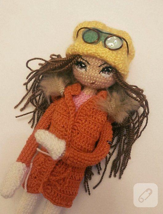 el örgüsü amigurumi örnekleri arıyorsanız bu turuncu kabanlı, sarı bereli hoş kız aradığınız model olabilir. tığ işi ve örgü oyuncaklar, dekoratif bebekler 10marifet.org'da