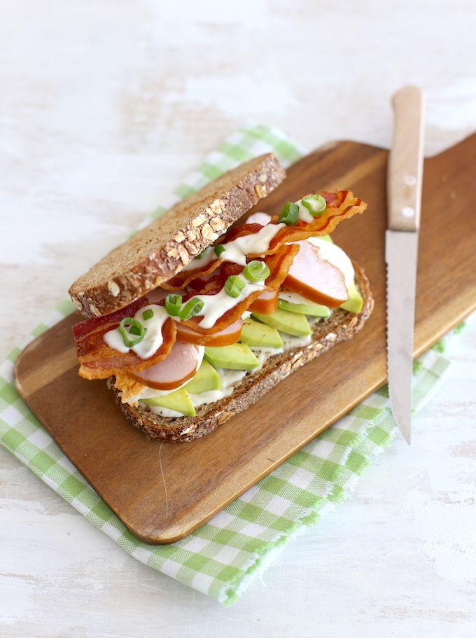 Sandwich met kip en bacon