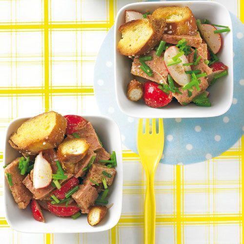 Eine Liebeserklärung an Bayern: Salat mit Leberkäse und Brezel - wie im Biergarten. Streuen Sie die Brezelstücke erst am Ende über den Salat - so bleiben sie schön knusprig.  Foto: Thomas Neckermann