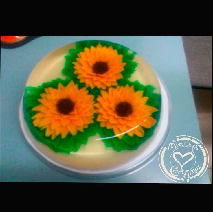 Gelatinas Artisticas TORTA DE GIRASOLES:  Deliciosas y novedosas gelatinas artísticas hechas a mano una a una, con sorprendentes motivos para escoger a su gusto, las cuales son el medio para trasmitir un mensaje a la persona que desees, en hermosos empaques y con el mensaje que desee el cliente en su tarjeta, y que se entregan a domicilio. Tamaños:  Tamaño torta (10 porciones) Tamaño torta (20 porciones)