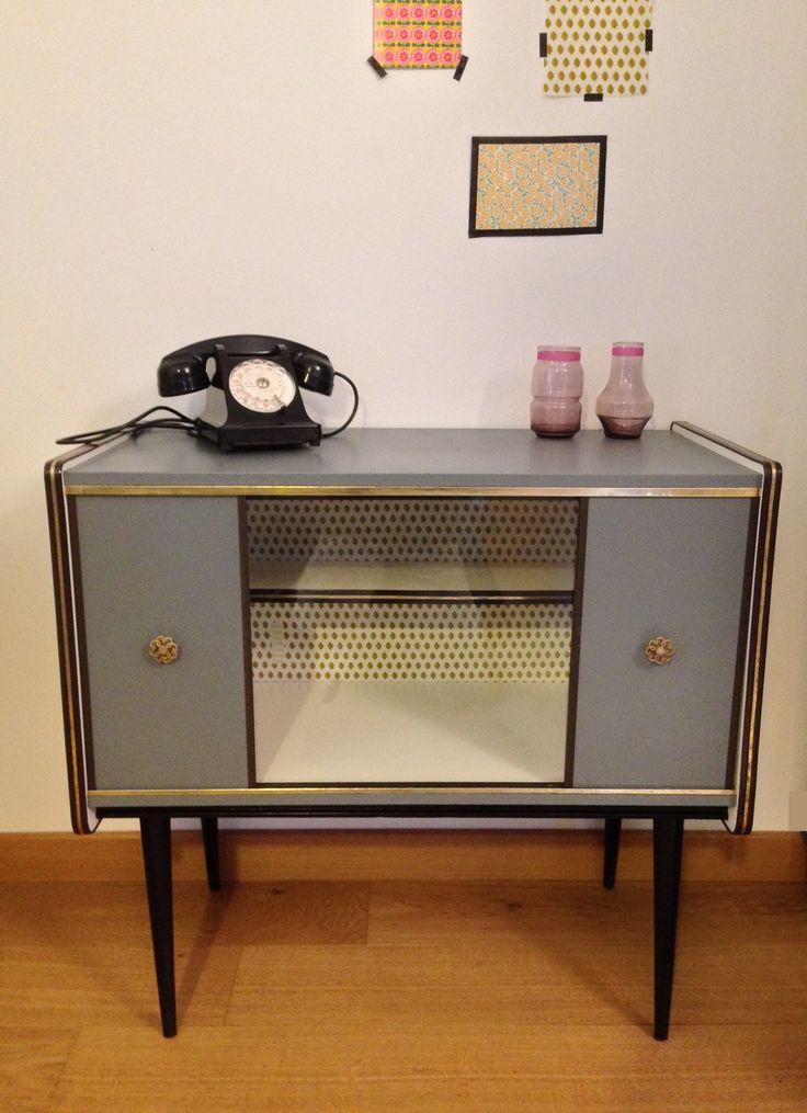 Petit meuble vintage « Gris Béton » tapissé en son fond d'un joli tissu imprimé feuilles jaunes. ♥ Prix: 210 €