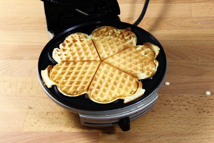 Alle indgredienserne blandes og røres sammen og til sidst tilsættes den smeltede margarine.