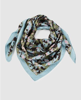 Pañuelo de seda en color verde con estampado floral  1a14726ec4cdd
