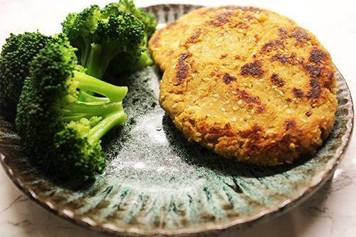 Sunde linsedeller lavet med med sødekartofler og røde linser. En sund hverdagsaftensmad.