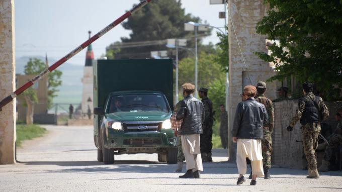 Karim Pakzad, chercheur à l'Institut des relations internationales et stratégiques, était l'invité de franceinfo samedi. Il est revenu sur l'assaut taliban contre une base militaire du nord de l'Afghanistan, qui a fait plus d'une centaine de morts vendredi.
