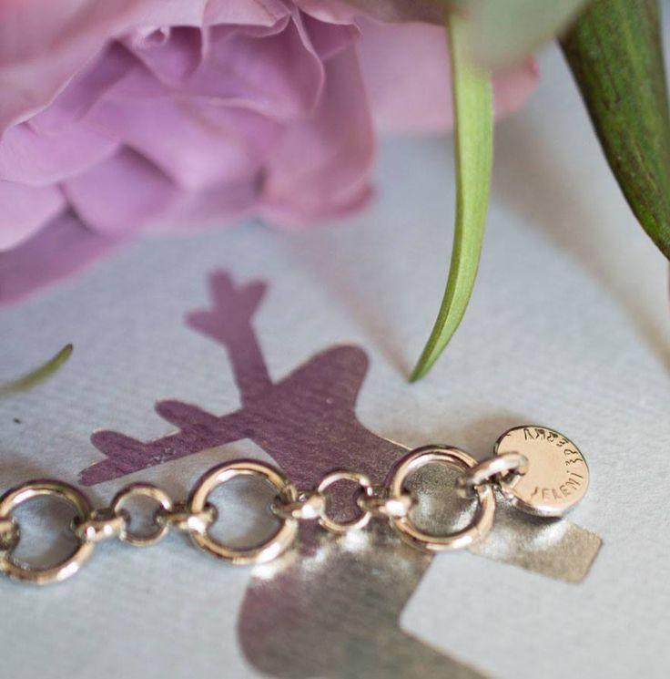 Originalitu jeleních šperků z aktuální ŠEDÓ kolekce stvrzuje kovová placička s logem.