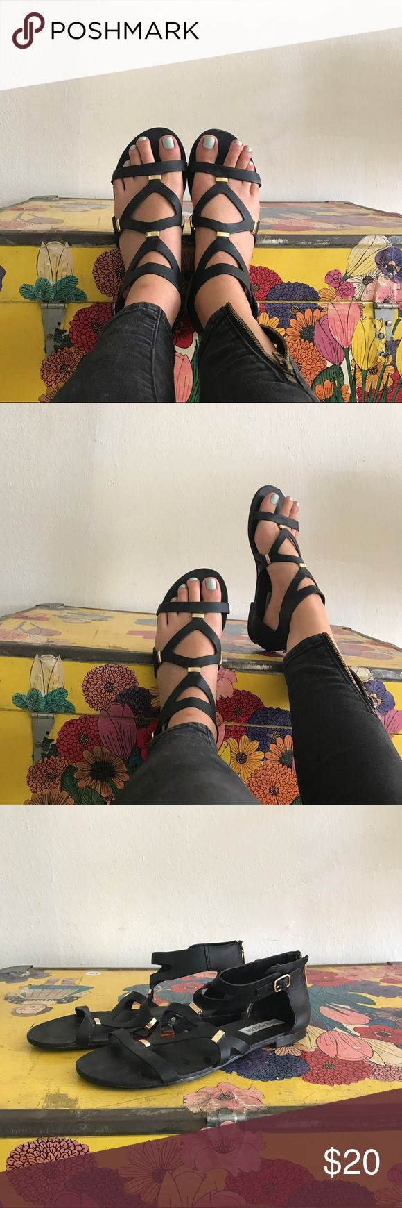 Steve Madden comma flat gladiator sandals Worn only two times, perfect simple black gladiator sandals by Steve Madden, so cute!! Goes with quite literally everything Steve Madden Shoes Sandals