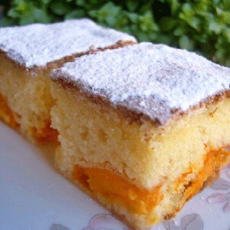 Una din cele mai indragite deserturi preparate in casa este savuroasa Prajitura cu caise. Blatul pufos, gustul dulce-acrisor si parfumul caiselor, alcatuiesc un dulce fabulos.