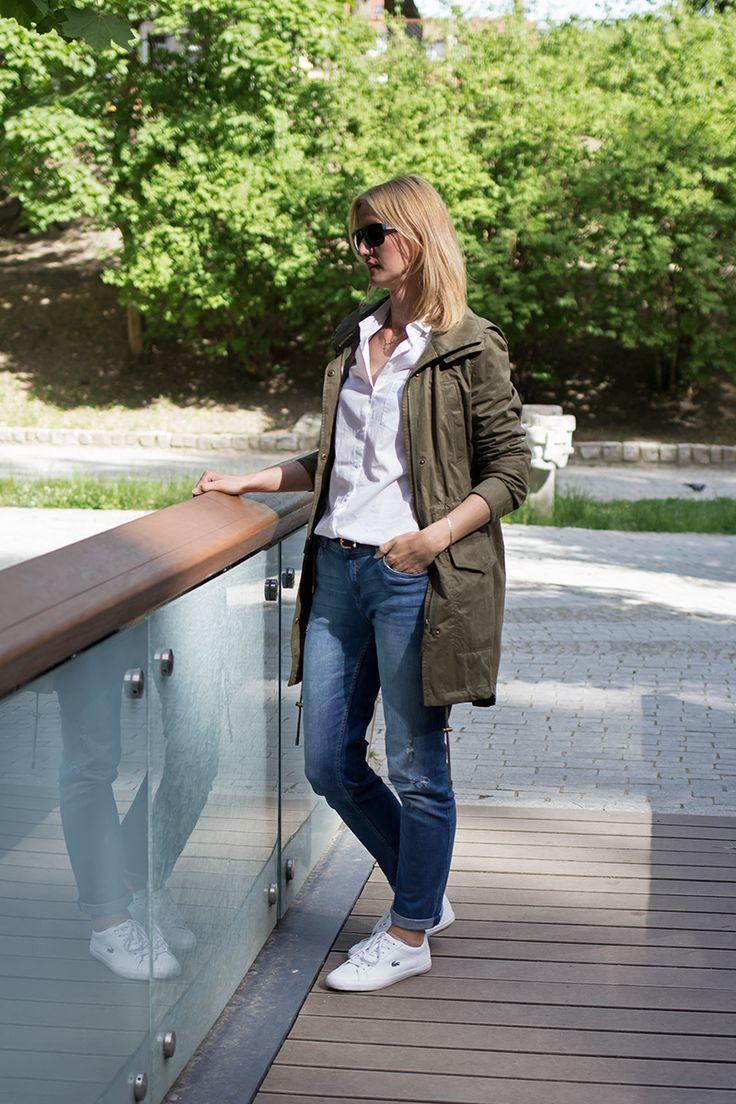 Ootd. Outfit inspiration. Biała koszula, dżinsy, trampki i parka.