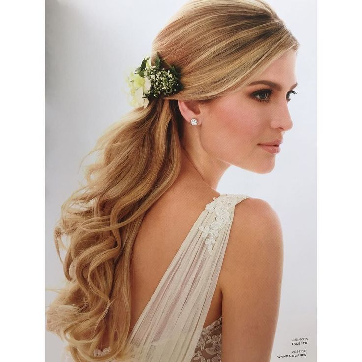 Adoro arranjos de flores naturais!!!Editorial da revista Constance Zahn . Beauty @jrmendesmake #wandaborges #penteado #noiva by wanda_borges