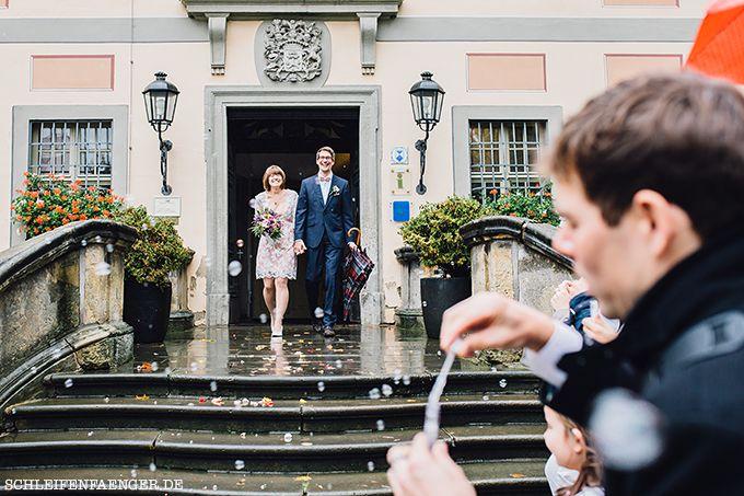 #Schleifenfängerbraut: Die Braut heiratet im Vintage-Spitzenkleid, der Bräutigam trägt eine passende Fliege samt Einstecktuch