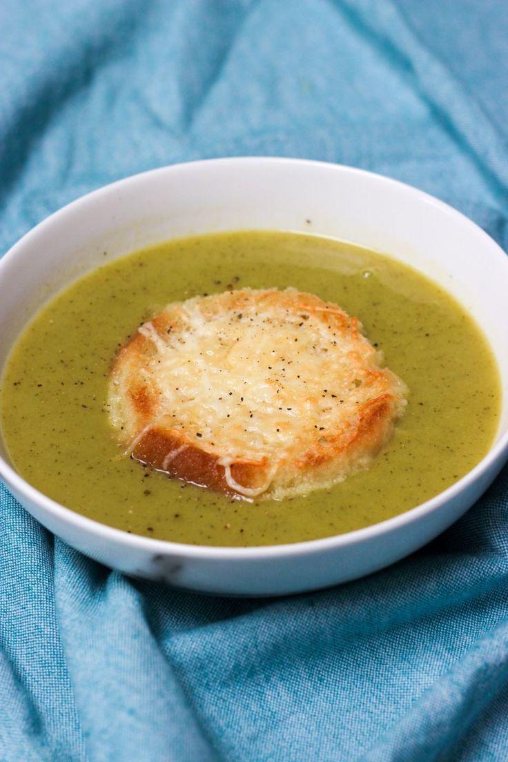 """Het lekkerste recept voor """"Courgette-broccolisoep met kaastoast"""" vind je bij njam! Ontdek nu meer dan duizenden smakelijke njam!-recepten voor alledaags kookplezier!"""