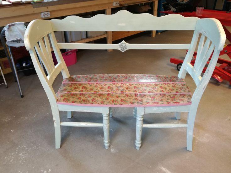 Bankje van oude stoelen.