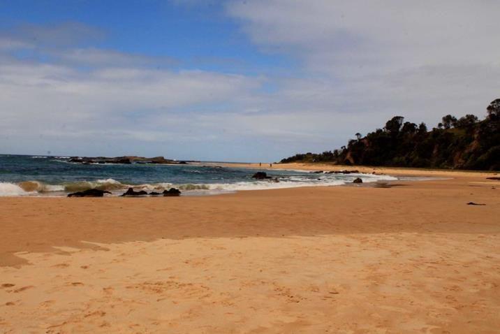 Baía Mystery, outra praia deserta e selvagem na costa sul do estado de Nova Gales do Sul, Austrália. Ótimo ponto para ver-se baleias e ter uma interação de perto com a vida marinha.
