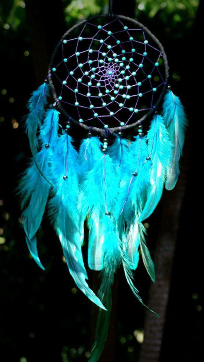 ein schwarzer Traumfänger mit eingeflochteten hellblauen Holzperlen