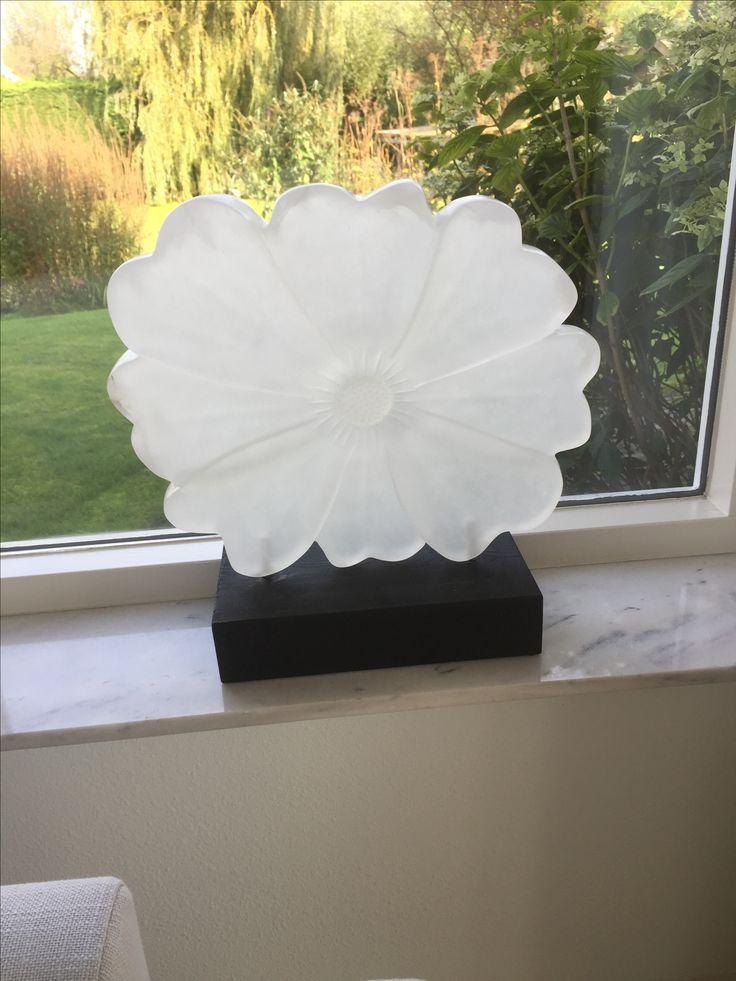 Witte anemoon, albast. Elly van der Wit