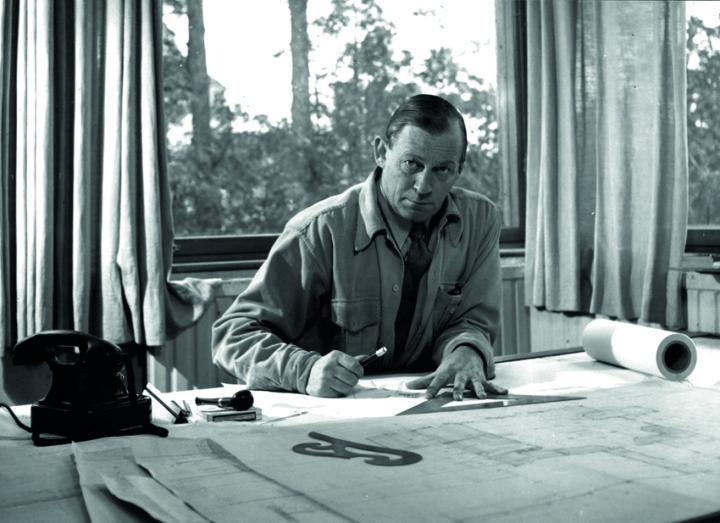 Alvar Aalto toimistossaan, 1945. © Alvar Aalto - säätiö. Kuva: Eino Mäkinen / Alvar Aalto -museo