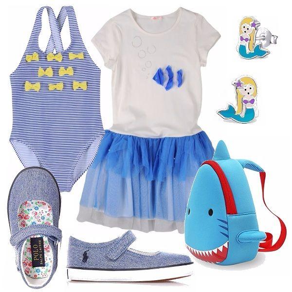 Outfit pensato per una bimba, per una giornata al mare! Costume intero a righe blu e bianco con motivo di farfalline gialle. Abitino bianco con tulle blu sulla gonna e decorazione di pesciolino. Sandaletti in tela. Simpatico zainetto azzurro, orecchini a sirenetta.
