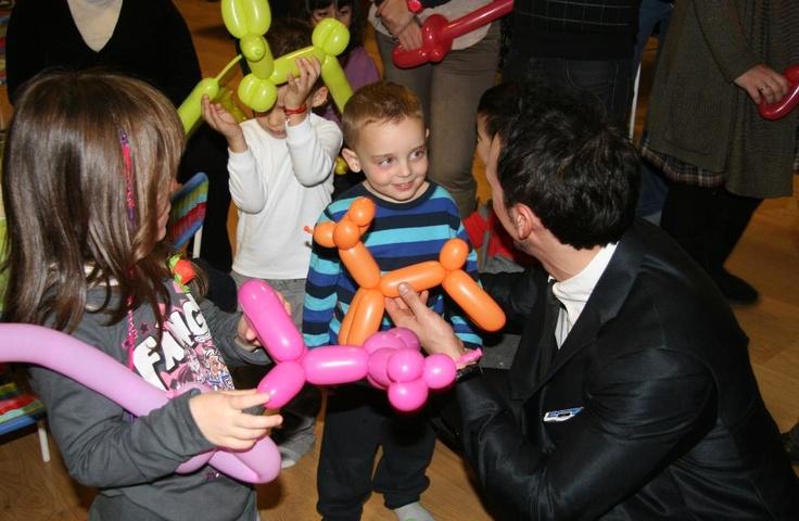 Cumpleaños infantil celebrado en Barcelona. Magia de cerca abordando los niños por pequeños grupos. Juegos muy visuales para su perfecta comprensión, globoflexia y sobretodo muchas risas. www.tumago.com