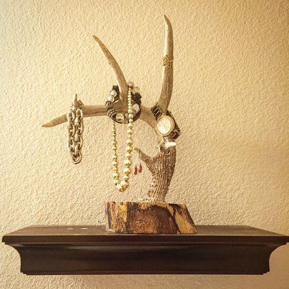 Perfecto para el cazador o Cazadora en tu vida!!!! Hecha de madera y venado de cola blanca y las cornamentas de los ciervos de la mula - este sostenedor de la joyería puede sentarse en su contador de cuarto de baño, en el armario o en un aparador y ver impresionantes! Colocar tus anillos, pulseras, relojes... etc en esta hermosa pieza.  Los cuernos que utilizamos son reales - lo que significa que no dos piezas se parecen. Esto es verdaderamente un regalo bueno! Las cornamentas varían en…
