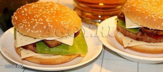 ♨ БУРГЕР С ЖАРЕНЫМИ ГРИБАМИ  Автор: Лина Исаева  Представляю еще один из вариантов фастфуда, а точнее бургера. Это бургер с жареными грибами. Получилось очень вкусно!   Фото- пошаговости на сайте  http://aggy.ru/recipes/burger-s-zharenymi-gribami2605/  Ингредиенты:  булочки для гамбургера 2 шт.  свинина 150 грамм  говядина 150 грамм  яйцо 1 шт.  лук 1 шт.  соль, перец по вкусу  салат (листочки) 6 шт.  плавленный сыр (пластинки) 4 шт.  грибы шампиньоны 4 шт.  кетчуп 1,5 столовая ложка  Для…