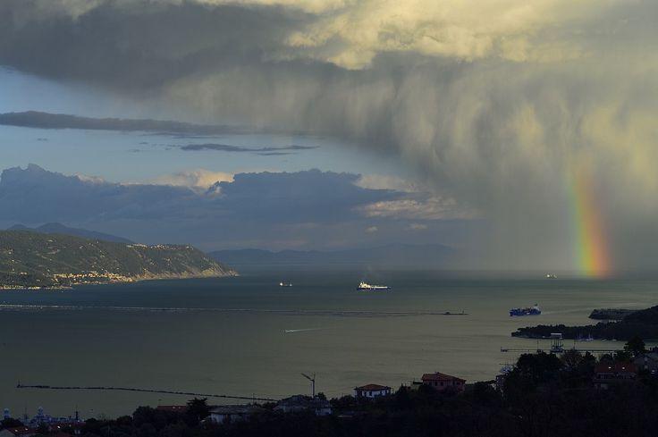 """Iride sul Golfo dei Poeti. Scena da Giudizio Universale. Rainbow over """"Golfo dei Poeti"""" - LA SPEZIA Italy"""