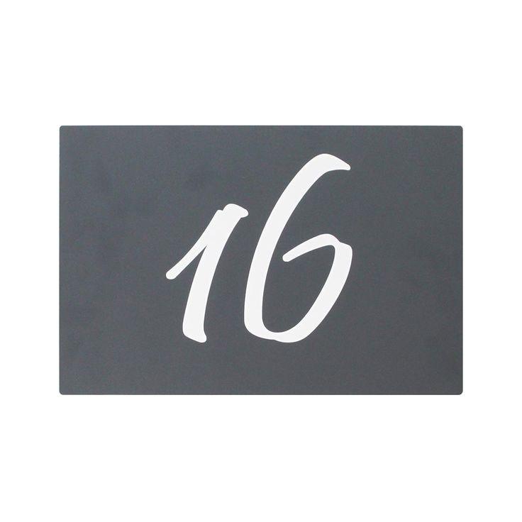 Design Hausnummernschild aus Edelstahl mit Folienplott beschriftet - Das Edelstahl Hausnummernschild mit Folienplott wird in RAL 7016 Feinstruktur (anthrazit) beschichtet und genau nach Ihren Wünschen mit einer weißen hochwertigen Folienschrift beklebt. Dadurch wird Ihr Hausnummernschild einzigartig und unverwechselbar. Gerne fertigen wir Ihr Hausnummernschild mit Ziffer, Straßenname oder auch Familienname. Maße: 30 x 20cm.