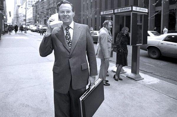 Джон Митчелл разговаривает на улице по мобильному телефону первой модели Motorola DynaTAC, 1973 год, США
