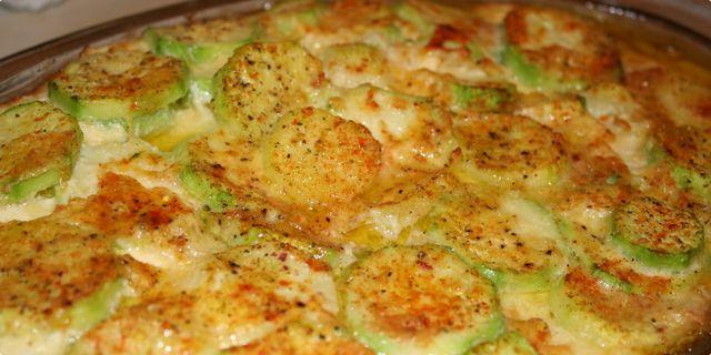 Zapečene tikvice Sastojci  2 osobe 3 manje tikvice 50gr maslaca 100gr vrhnja 2 jajeta 1 češanj bijelog luka kašičica vegeta, crvena paprika, so, biber..