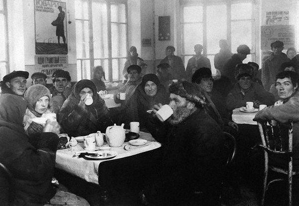 В период 1917—1923 годов Советская Россия пережила «чайный» период: употребление алкогольных напитков было официально запрещено, при этом армия и рабочие промышленных предприятий снабжались чаем бесплатно. Была создана организация «Центрочай», которая занималась распределением чая с конфискованных складов чаеторговых фирм. Запасы были столь велики, что до 1923 года не было необходимости в закупках чая за границей.