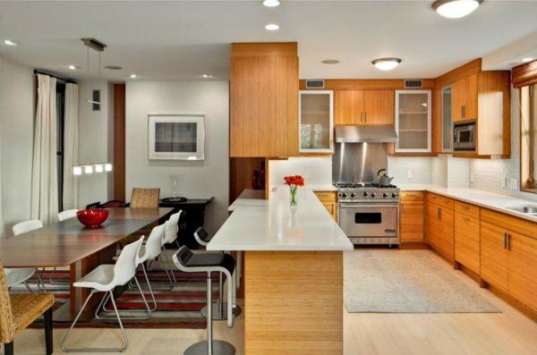 cuisine ouverte sur la salle à manger, des plateaux blancs