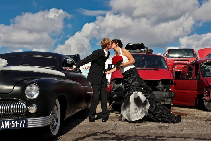 wedding picture with cars, james dean, red, groom en bride, kiss