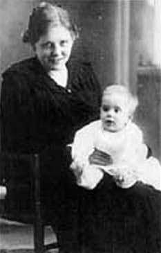 Camilo Jose Cela en el regazo de su madre, Iria Flavia.La Coruña, 1916.