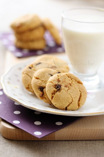 C'est l'été, on est en vacances mais on a un temps de m...... Alors, on cherche le reconfort en cuisinant avec ma puce et cette semaine c'était cookies, Maïa est une pro des cookies. Mais ça recette fétiche et la recette des Cookies de la mort qui tue...