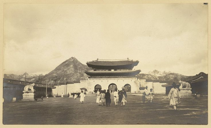 Temple gate: Seoul ca 1904. The South Gate of 'Kyongbokkung' (Kyongbok Palace) is seen prior to the annexation, when it was moved to make way for the new capitol. Source: Adams, Edward B. Palaces of Seoul : Yi Dynasty palaces in Korea's capital city, 1972. P. 172. Willard Dickerman Straight and Early U.S.-Korea Diplomatic Relations, Cornell University Library