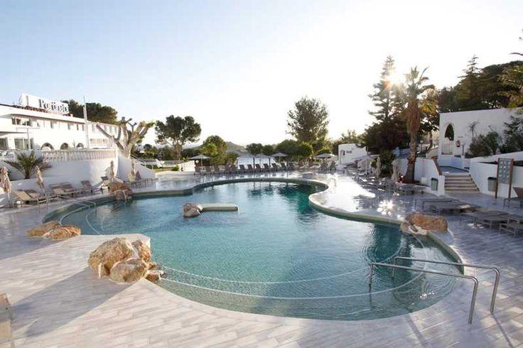 In het groene noorden van Ibiza ligt één van de meest complete accommodaties van het eiland. Hotel Club Portinatx doet er alles aan om je op het complex te vermaken. Buiten de vele sportactiviteiten (van voetbal tot boogschieten) en de goede all inclusive formule hebben zij een zeer actief en fantastisch animatieteam. Ook aan de allerkleinsten wordt gedacht (van minidisco tot kinderoppas). Dit fantastische complex is totaal gerenoveerd en ge-upgraded tot een 4-sterrenclassificatie. Een ster…