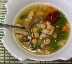 Típico del centro de México, el caldo tlalpeño es una sabrosísma sopa de pollo que lleva además garbanzos, verduras y chile chipotle. Receta fácil.