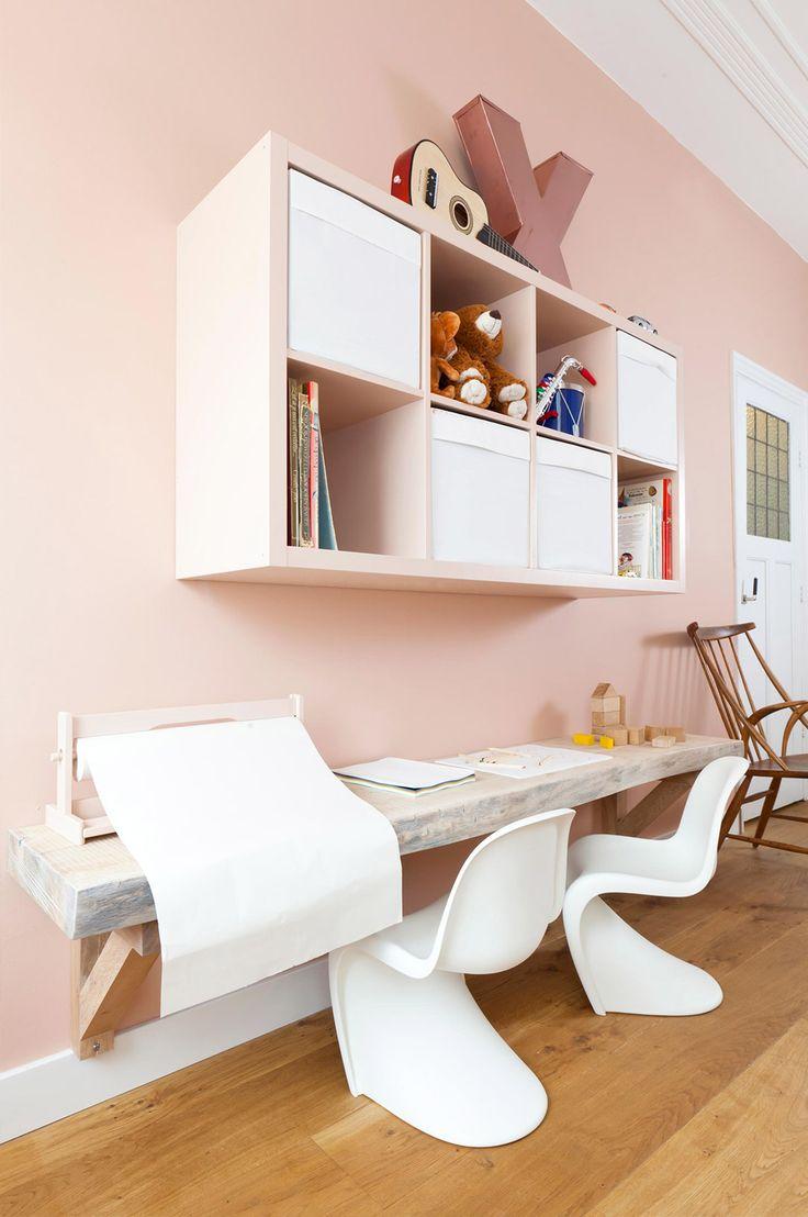 Een inspirerende kinderhoek in de woonkamer in een zachte tint.
