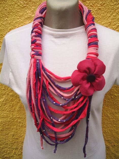 http://losabalorios.com/blog/2011/09/tejido-de-cordones-para-colgantes/