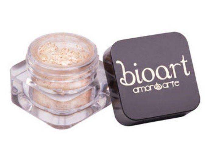 Bioart Sombra Mineral Iluminadora - natural, vegana e hipoalergênica; sem corantes artificiais (sua cor é 100% de origem natural). Contém argilas, ricas em oligoelementos, que promovem o aumento da elasticidade da pele. Ilumina o olhar, a face e o colo.
