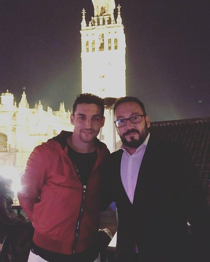 Anoche recibimos una visita especial, ¡¡la de Jesús Navas !! El que fuera gran jugador del Sevilla FC y que ahora juega para el Manchester City nos visitó en su paso por #Sevilla.