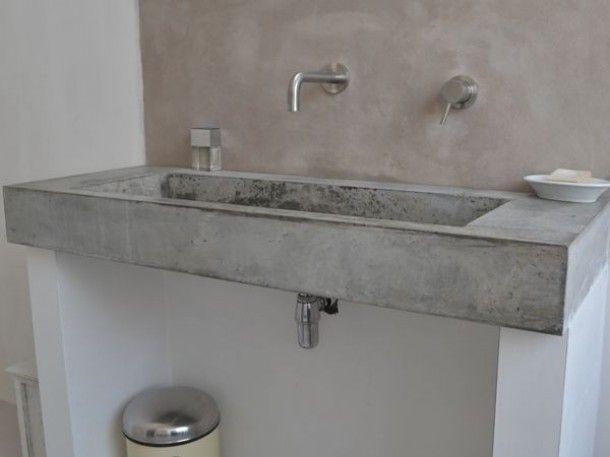 Wasbak van beton met achterwand van beton cire. Door plantenberg