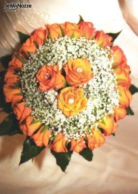 http://www.lemienozze.it/operatori-matrimonio/fiori_e_addobbi/la_mimosa/media Rose arancioni e nebbiolina per un bouquet sposa dai toni delicati e originali.