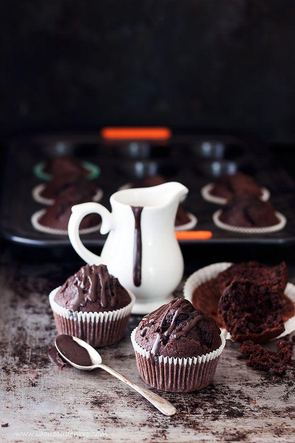 Credo di aver trovato la ricetta perfetta per realizzare dei muffins al cioccolato come piacciono a me! Buonissimi, soffici, umidi e con una deliziosa e alta cupoletta piena di crepe! Un sentito grazie a Leonardo Di Carlo, sono partita da una sua ricetta apportando piccole modifiche, e a Le C…
