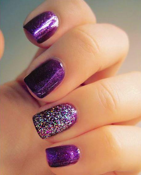 Diseño de uñas color morado con glitter