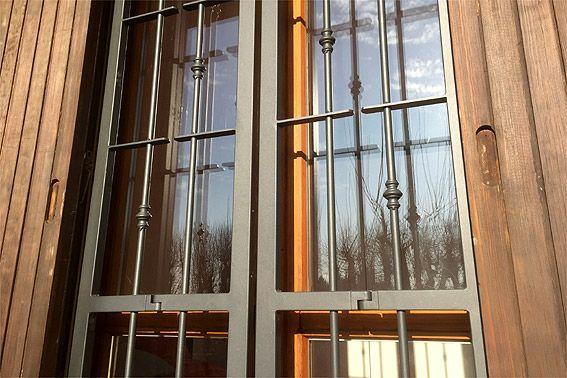 Grazie al telaio di spessore minimo ed al doppio snodo, le nostre inferriate si applicano anche all'interno di scuri o persiane in legno pre esistenti.