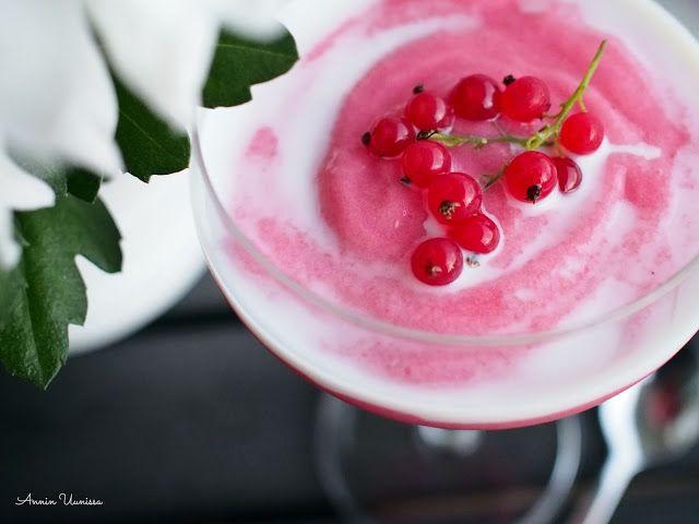 Marjapuuro Punaherukoista on ihana iltapala, aamupala, välipala tai jälkiruoka. Käytä kirpeät punaherukat makean kirpeään puuroon!