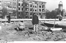 Theodor-Heuss-Platz 1948-Im Hintergrund rechts die Ruine der Villa Tanneck