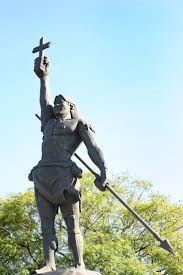 Sepé Tiaraju: herói guarani missioneiro rio-grandense, foi líder das milícias indígenas que lutaram contra as tropas do exército português e espanhol na chamada Guerra Guaranítica, em defesa dos Sete Povos das Missões. Estátua em sua homenagem localizada em São Luiz Gonzaga.
